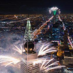 الألعاب النارية تشكل منظراً إبداعياً في سماء العاصمة.